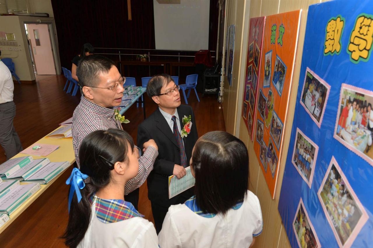 學生大使向嘉賓介紹 本校資優教育課程