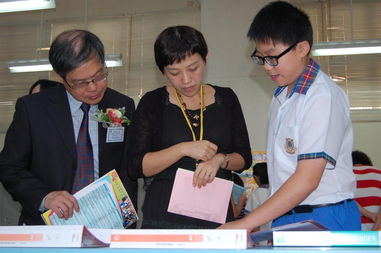 學生大使向嘉賓介紹 教師教案及學生佳作